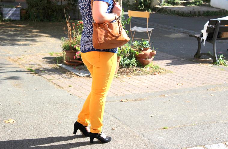 pantalon de couleur jaune