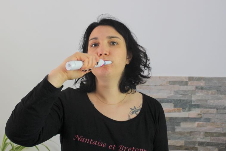 se brosser les dents avec une brosse electrique oral b rose