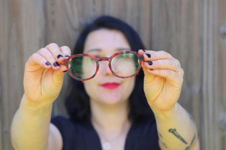 lunettes rouges anti reflets et lumière bleue