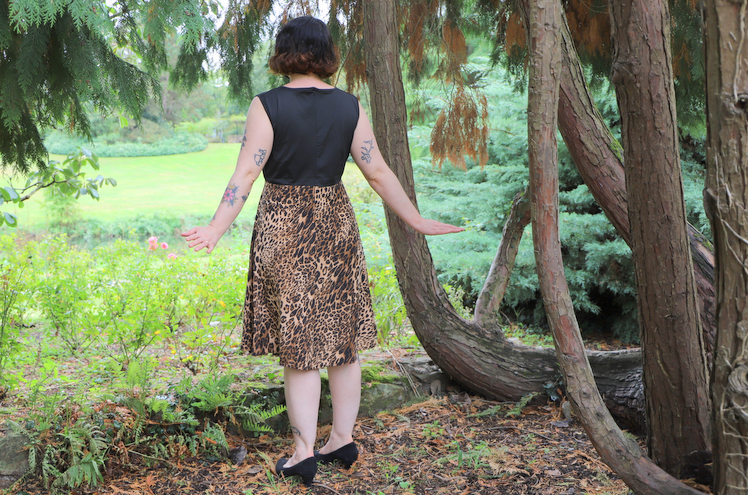 dos de la robe imprimée léopard pin up
