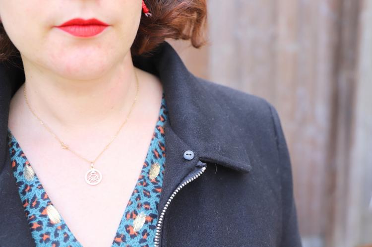robe plissée Bleu bonheur et manteau sans col