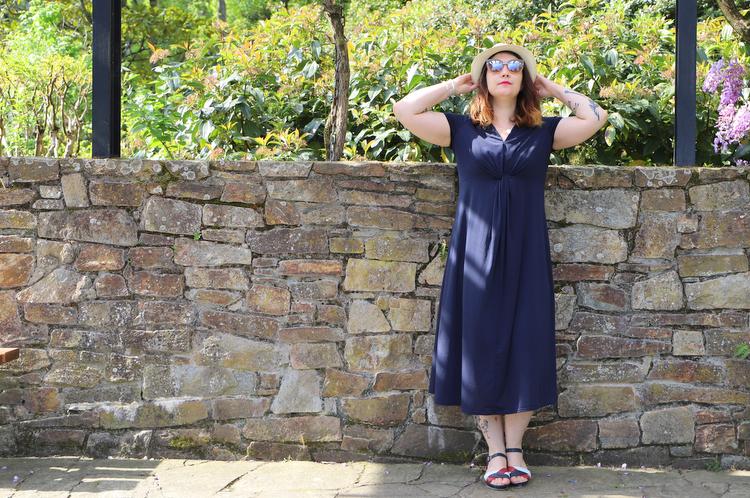 robe bleue dans look avec Panama