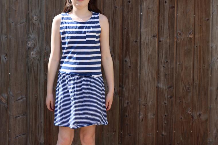 robe blanche et bleue à rayures